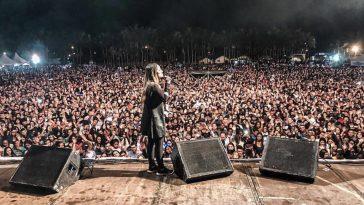 Gabriela Rocha durante show gospel.