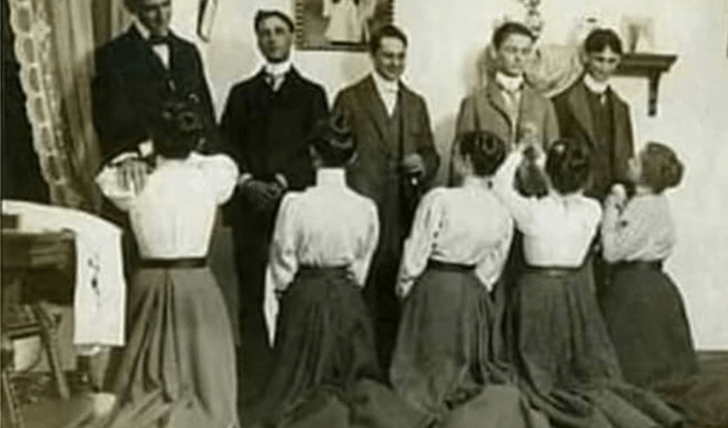 Cantora gospel publica imagem de mulheres ajoelhadas em frente aos maridos.
