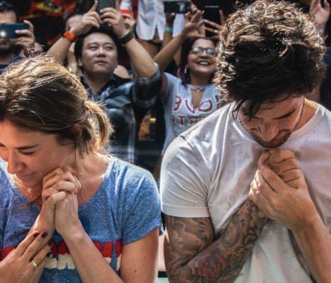 Alexandre Pato e Rebeca Abravanel são batizados na igreja evangélica Hillsong.