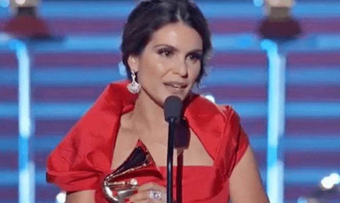 Cantora gospel Aline Barros recebendo Grammy Latino em 2017.
