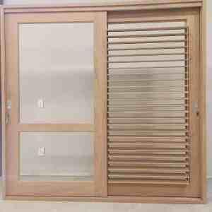 Porta de madeira com venezianas articuladas - Venezianas Móveis - Shutters