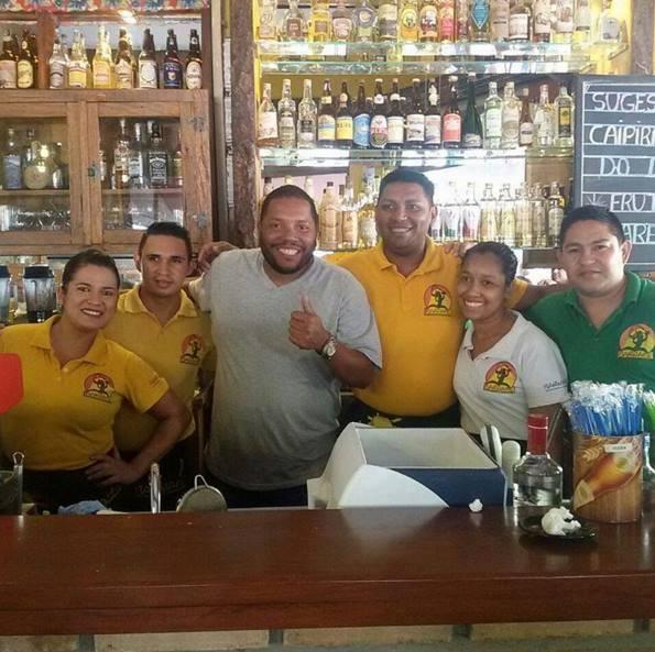 Cristiano, ex-participante do MasterChef, posa com funcionários do Barnabé - Foto: Divulgação