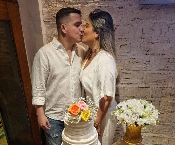 Mc Amaro pede mão de empresária Jennifer Hollanda em casamento