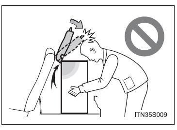 Toyota Etios: Dispositivos no compartimento de bagagem
