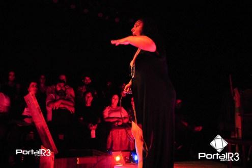 """Espetáculo """"Yayá"""" no Feste 2018 em Pindamonhangaba. (Foto: Luis Claudio Antunes/PortalR3)"""