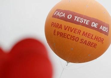 Voluntários promovemprograma de prevenção à Aids em escola