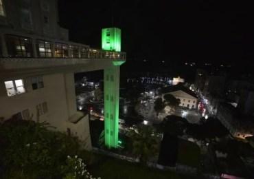 Elevador Lacerda recebe iluminação verde para chamar a atenção sobre o glaucoma