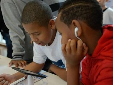 Cientistas  examinam os efeitos da exposição das telas de aparelhos eletrônicos em crianças