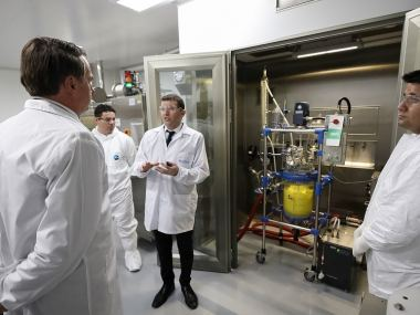 Bolsonaro assiste à inauguração de planta farmoquímica oncológica