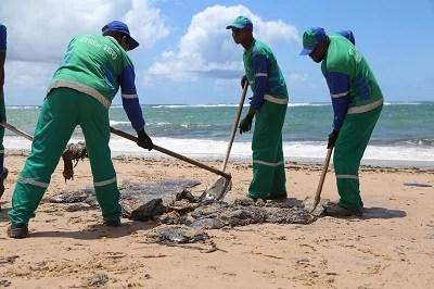 Manchas de óleo nas praias - Justiça exige ação do presidente Bolsonaro