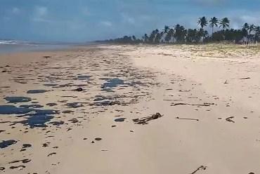 Bolsonaro determina investigação sobre óleo que atinge praias do Nordeste