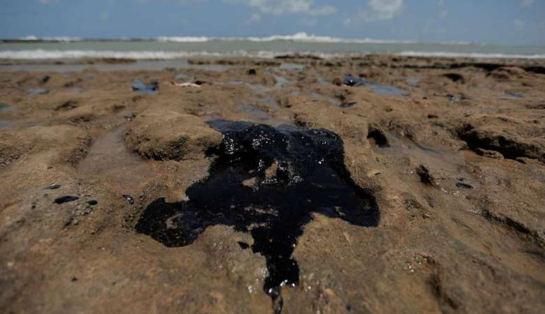 Investigações identificam óleo venezuelano em praias do NE