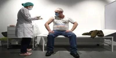 Vacinação com a Sputnik V trava na Rússia, enquanto o Kremlin se empenha em promovê-la no exterior