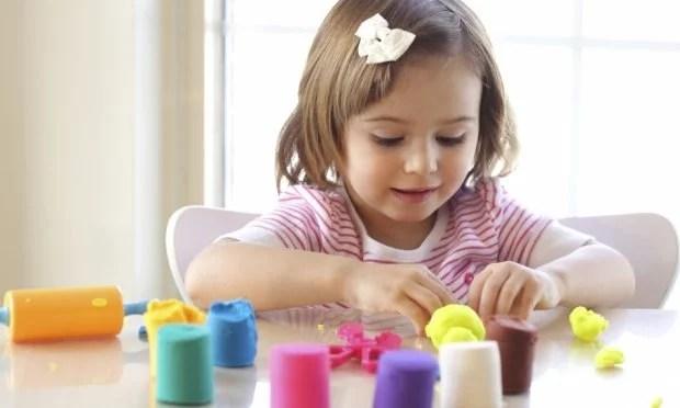 crianca-brincando-com-massinha-para-modelar-44214