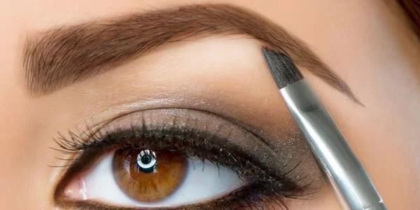Retocando a maquiagem das sobrancelhas