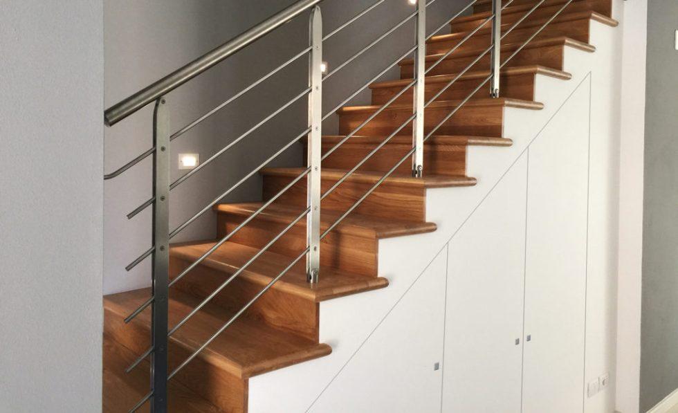 Porte placard sous l escalier fleur de mur comment exploiter avec originalit les recoins - Porte de placard sous escalier ...