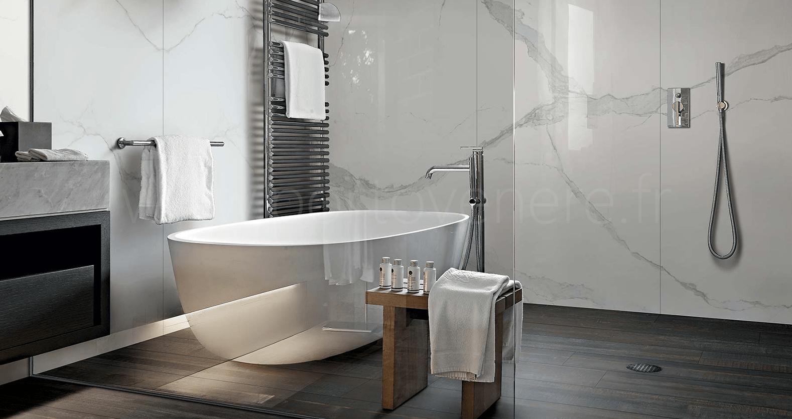 salle de bain aspect parquet noir