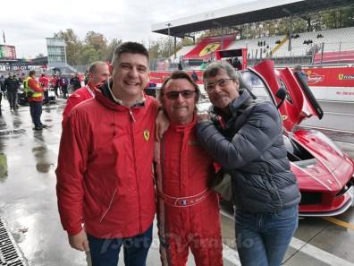 due soci del club con l'ex pilota di Formula 1 René Arnoux.