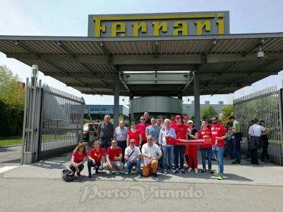foto di gruppo davanti alla fabbrica