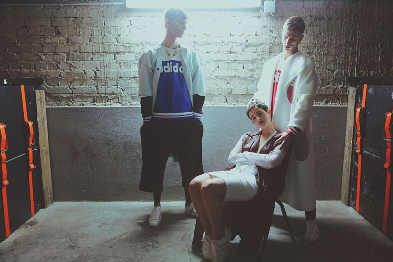 ( Marc ) Coat : ZUKKER , Sweater & Shoes : ADIDAS , Pants : ODEUR , Necklace : MARI COUCI ( Robbi ) Coat : ANNA LUKASEK , Sweater + Shoes : ADIDAS , Pants : DODO BAR ( Marlene ) Leather vest : SIMONE KLIMMECK , Net Jacket & Skirt : AMERICAN APPERAL , Shoes : ADIDAS