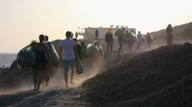 Volunteers clean trash from beach