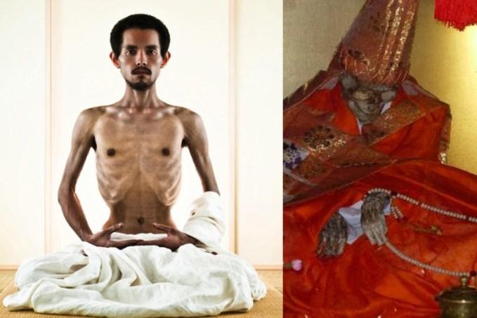 Αριστερά βλέπουμε Ινδό καλλιτέχνη που παρουσίασε performance εμπνευσμένη από τους Sokushinbutsu, ενώ δεξιά βλέπουμε τη μούμια ενός Ιάπωνα μοναχού της σέχτας.