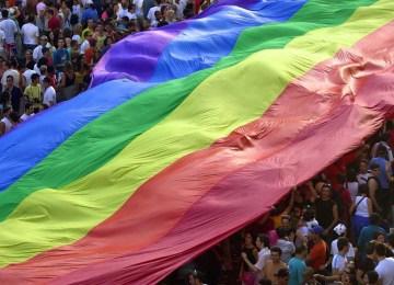 """H ιστορία της σημαίας του """"Ουράνιου Τόξου"""""""