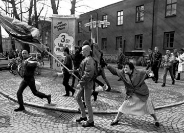 H γυναίκα που χτύπησε με την τσάντα της έναν νεο-ναζί