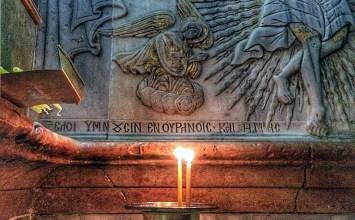 Δύο κεριά στον Πανάγιο Τάφο των Ιεροσολύμων