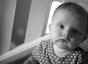 Υπόθεση θανάσιμου τραυματισμού βρέφους από τον πατέρα του: Μπορεί ένα μωρό να βρίσκεται σε λάθος θέση;
