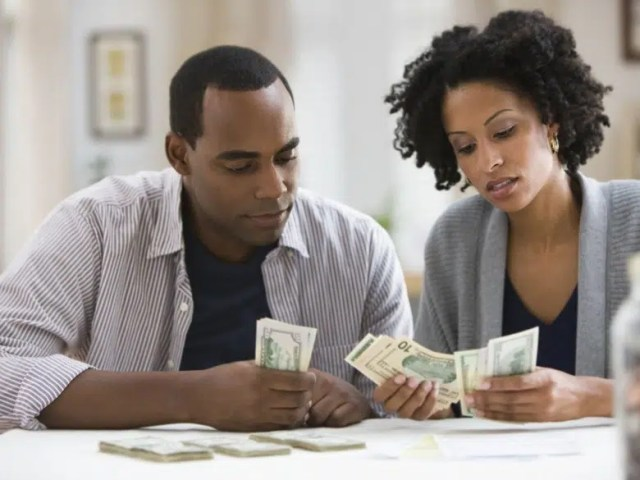 Couple counting money - Financial infidelity