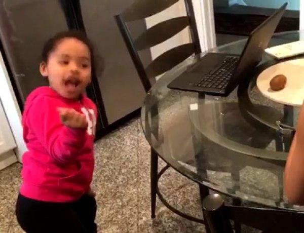 La parfaite imitation de Beyoncé par une adorable petite fille