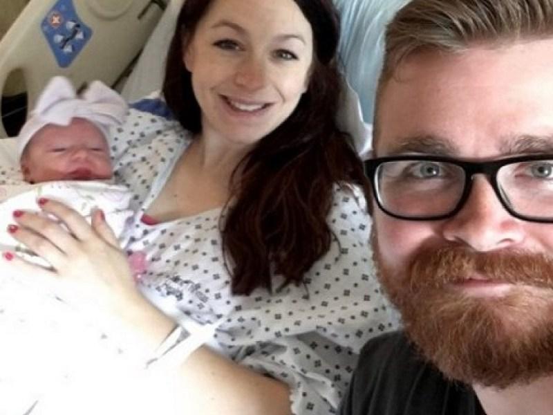 Il attrape un Pokémon pendant l'accouchement de sa femme