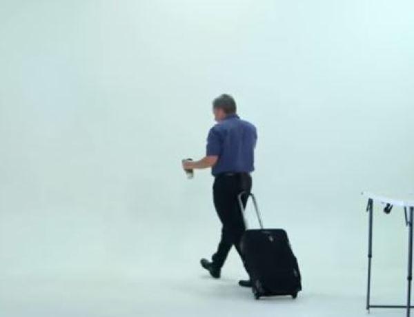 Une valise qui se manoeuvre avec les fesses !