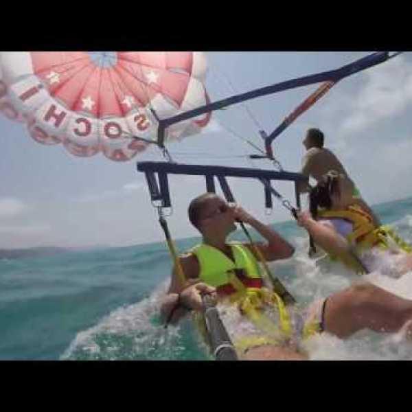 Ce couple a la peur de sa vie lors d'une virée en parachute ascensionnel