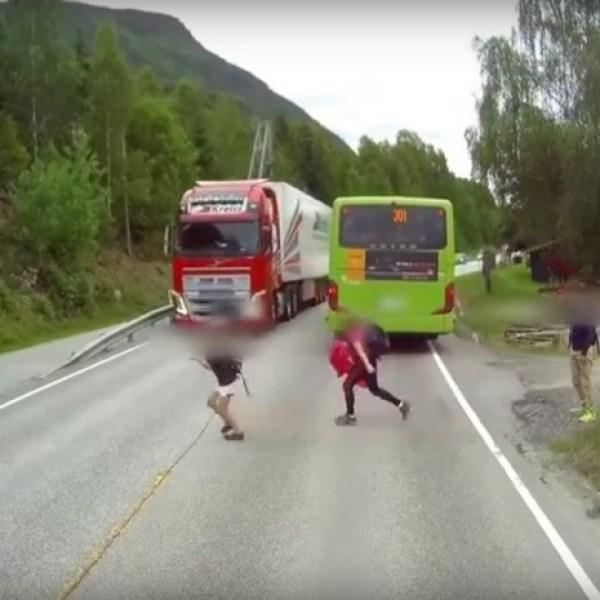 Ce camion évite de justesse l'écolier qui traverse sous son nez