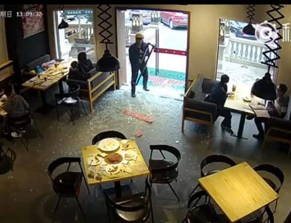 Incroyable : Un homme défonce la porte en verre d'un restaurant !