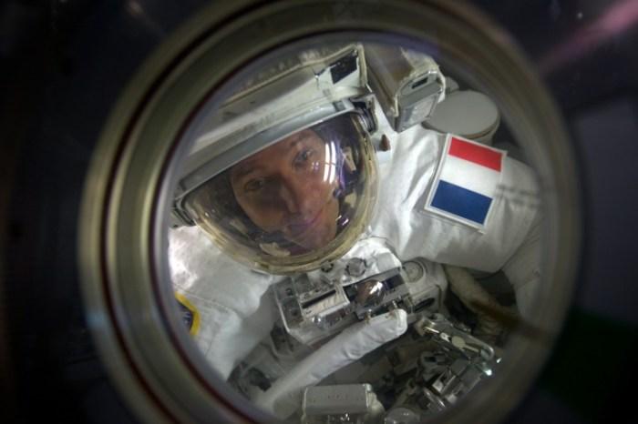 Une photographie fournie le 14 janvier 2017 par l'ESA et la NASA, et prise par l'astronaute Peggy Whitson, montre l'astronaute Thomas Pesquet, à l'extérieur de la Station spatiale internationale