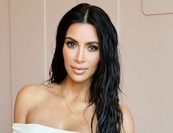 Kim Kardashian ose la robe transparente, on voit tout !