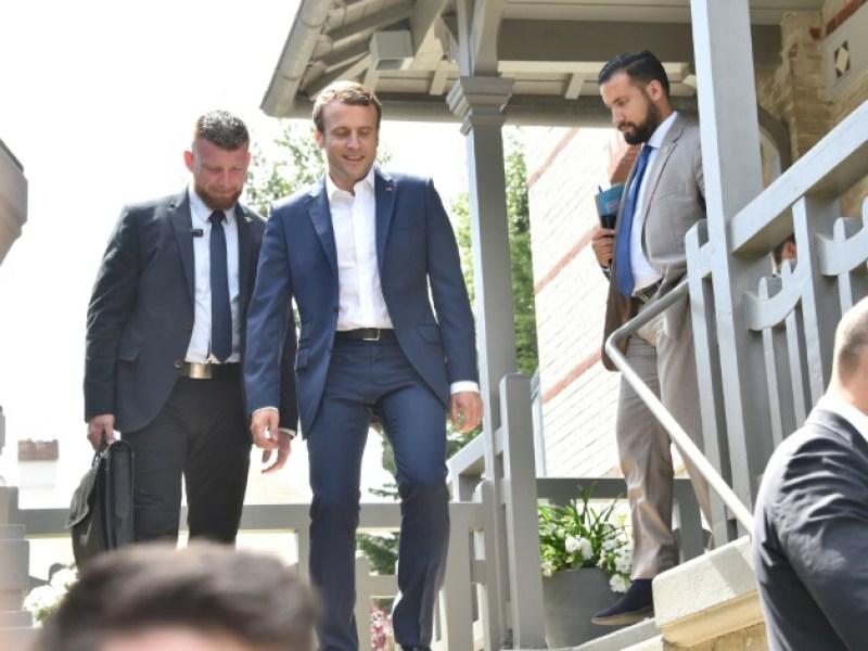 Complètement ivres, ils insultent Emmanuel Macron devant chez lui
