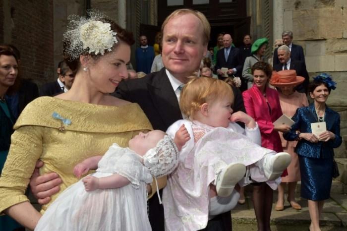 Le prince Carlos Xavier de Bourbon de Parme et sa femme la princesse Annemarie Gualthérie avec leurs deux filles, Cecilia (g) et Luisa (d), lors de leur baptême, le 5 avril 2014 à Plaisance, en Italie