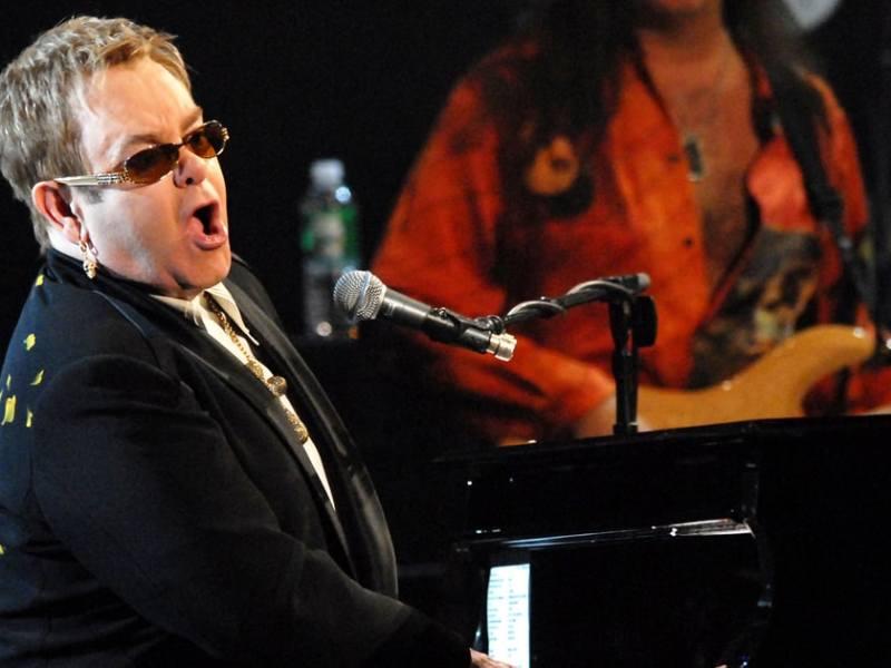 Elton John : il offre un incroyable cadeau pour le mariage du prince Harry et de Meghan Markle