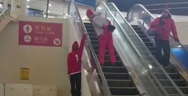 JO 2018 : La drôle de technique de ce skieur pour prendre l'escalator !