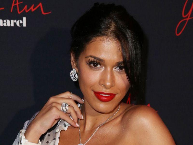 Ayem Nour toujours plus sexy dévoile son décolleté ravageur dans une petite nuisette