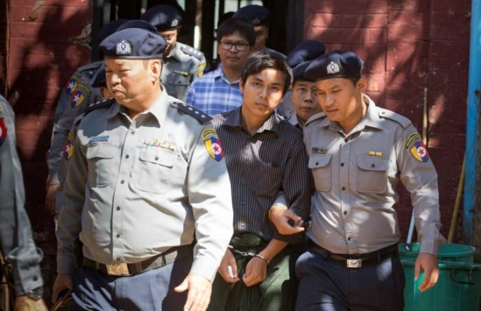 Les journalistes Wa Lone (chemise à carreaux) and Kyaw Soe Oo (chemise rayée) à Rangoun le 23 janvier 2018