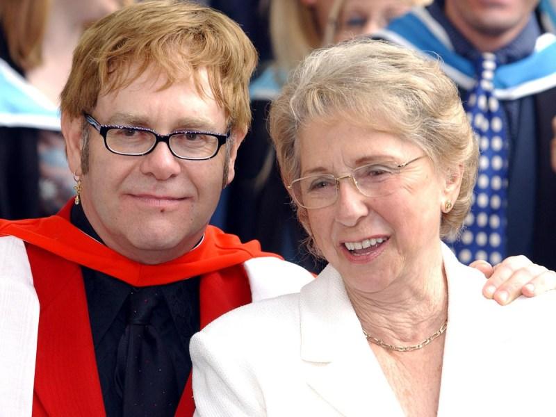 Elton John a lui aussi été déshérité par sa propre mère !