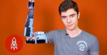 Ce jeune homme a construit sa prothèse de bras avec des Lego