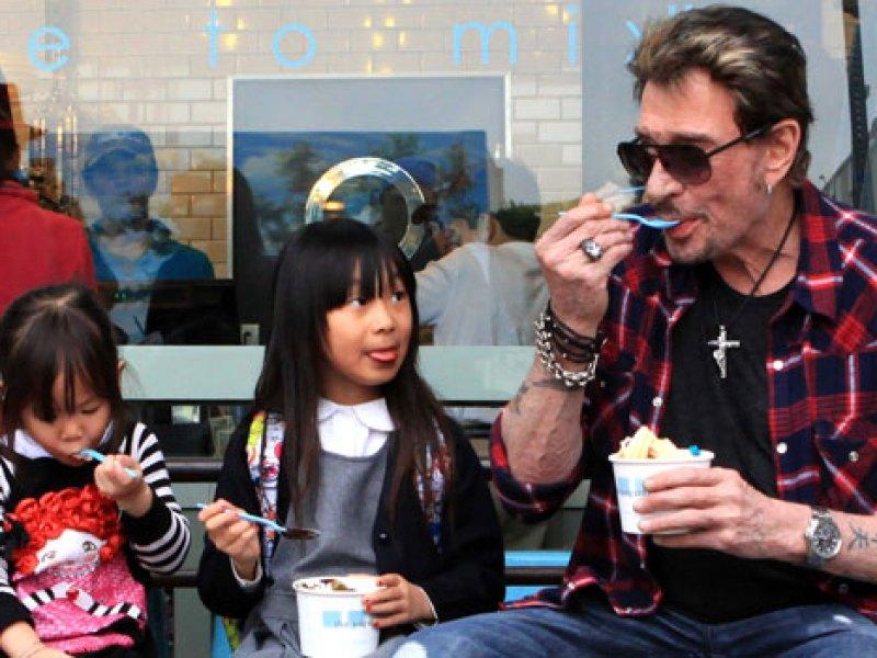 Mort de Johnny Hallyday: Jade et Joy communiquent comme elles peuvent avec leur père