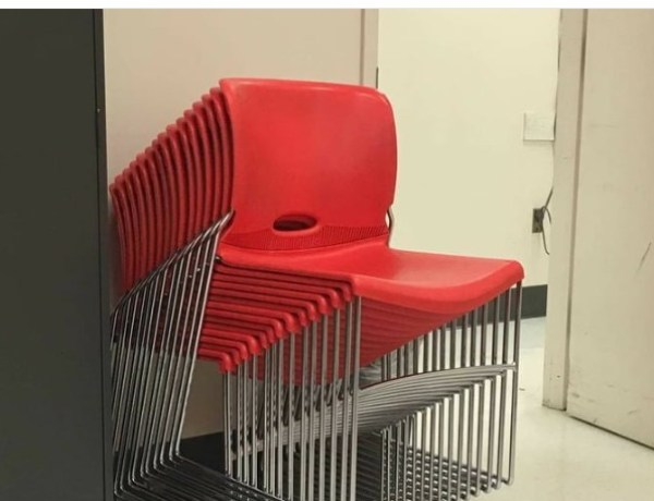 Ces chaises empilées vont vous torturer l'esprit!