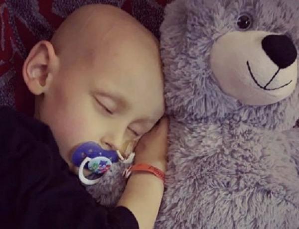 Atteint du cancer, un petit garçon demande pardon à sa mère avant de mourir